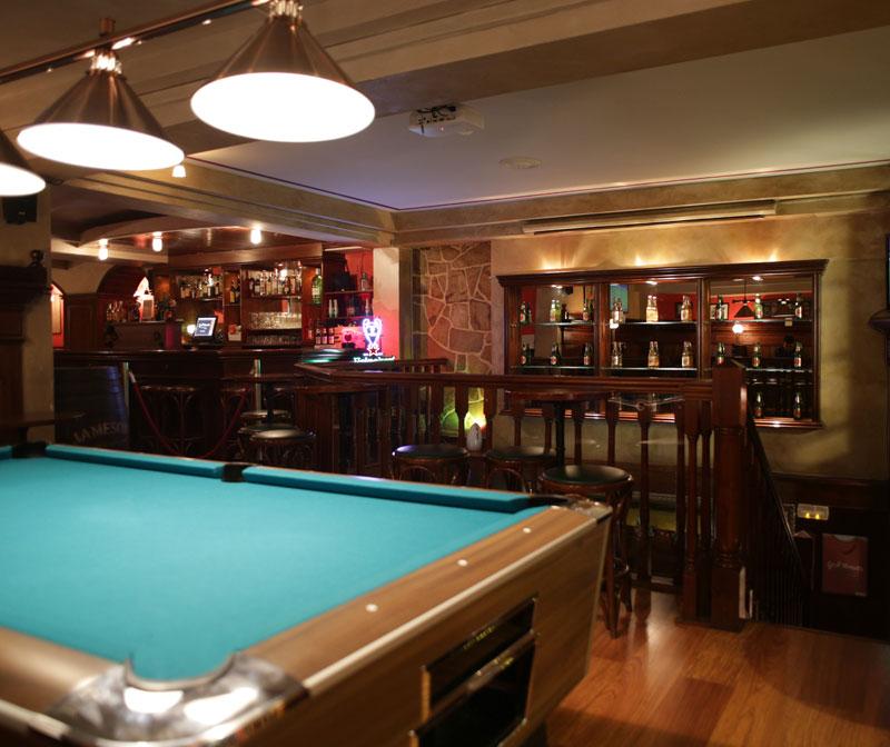 lennox-the-pub-barcelona-gothic-pool-table