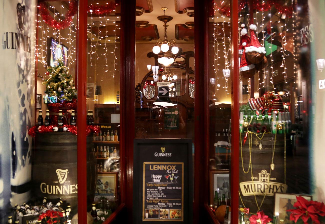 lennox-the-pub-barcelona-palma-spain-christmas-snacks-sports-bar-born-centric