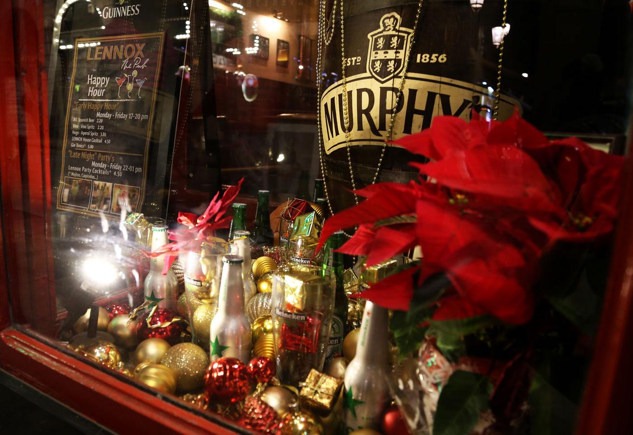 lennox-the-pub-barcelona-palma-spain-christmas-snacks-sports-happy-hour
