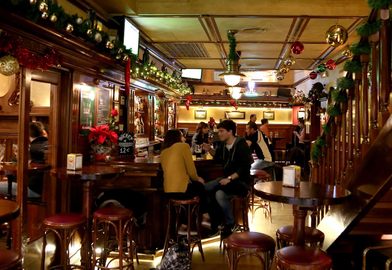 lennox-the-pub-barcelona-palma-spain-christmas-snacks-sports-international